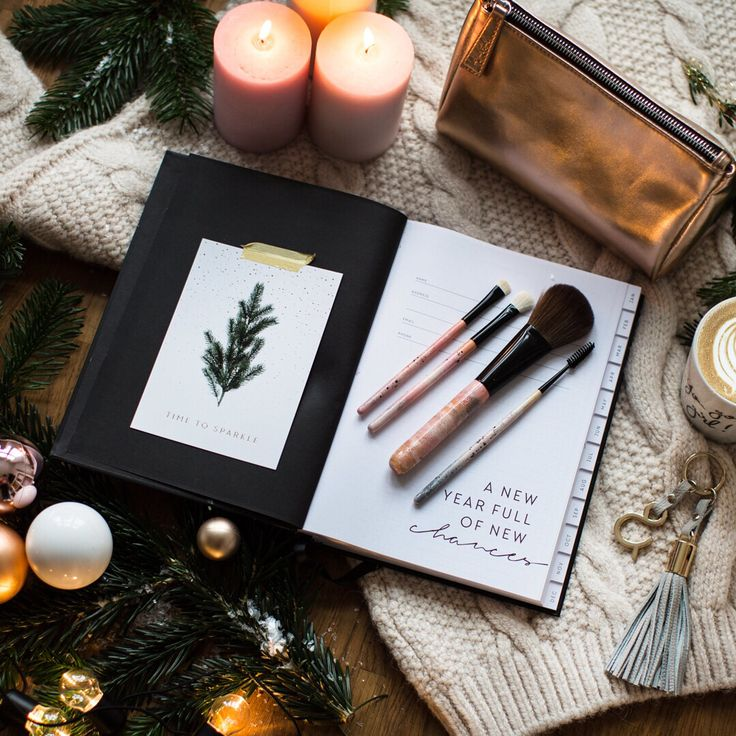 """Still searching for the ultimate gift for your friends, family or yourself? Head over to the Magazine to read all about the amazing Brush Set """"Unique Look"""" and a step-by-step tutorial by the one and only @miriam_jacks ✨🎄 #joandjudy #jacksbeautyline #brushes #christmas #cosmeticbag"""