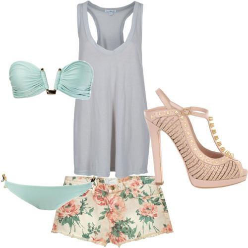 bikini menta, playera gris, shorts floreados, zapatillas rosas - outfit para vacaciones