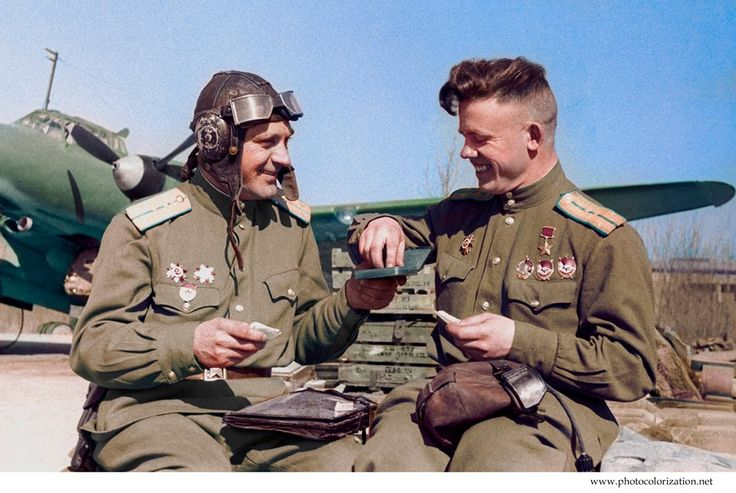 The pilots of the 81st aviation regiment resting near the PE-2 bomber