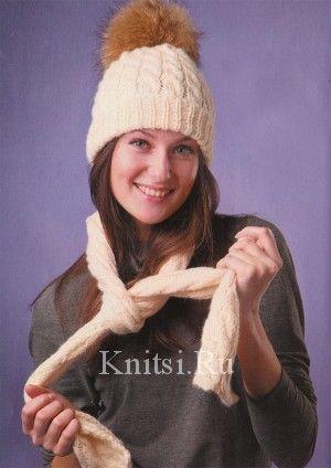 Белая шапка с меховым помпоном