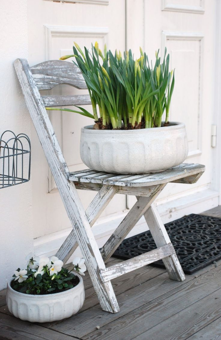 Love the simplicity of these white pots. Pinned to Garden Design - Pots & Planters by Darin Bradbury.