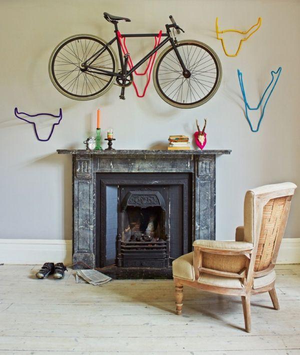 kreative Fahrradhalter aus Metall an der Wand