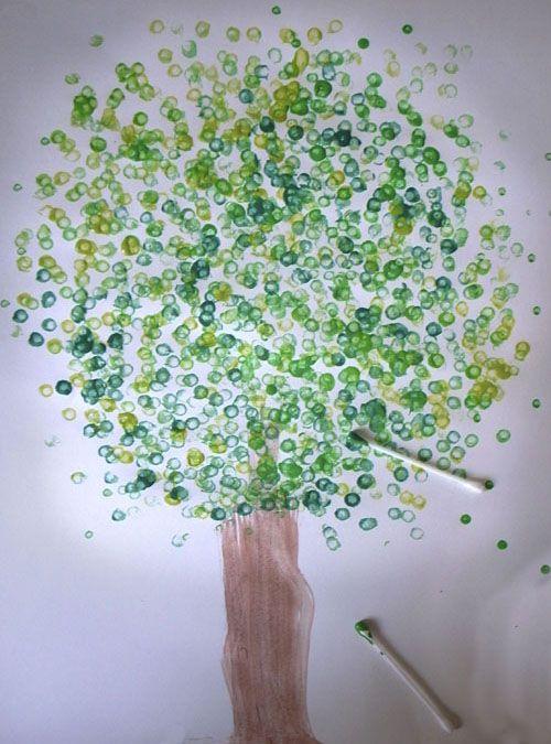 (estampar árboles manualidad niños)   Con un bastoncillo de algodón puedesestampar un árbol. Dependiendo de la estación puedes usar difer...