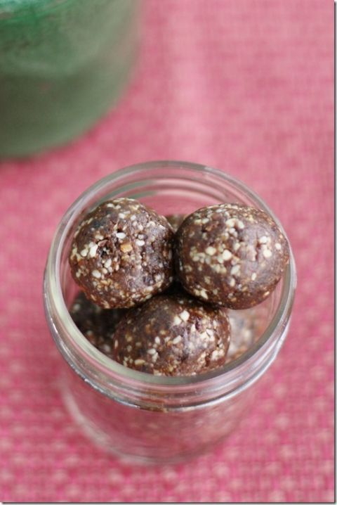 Raisin Almond Balls with Blackstrap Molasses: High Raw, Vegan Snacking with an Iron Boost | The Full Helping