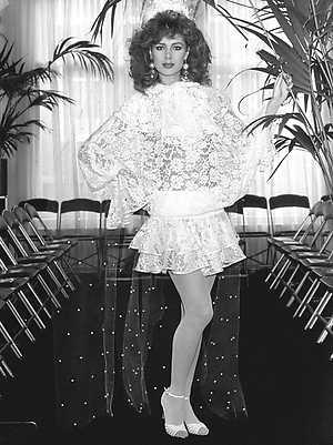Presentatie voorjaars/zomermode 1982 van Edgar Vos. Carolien draagt een korte bruidsjurk van handgekloste kant,