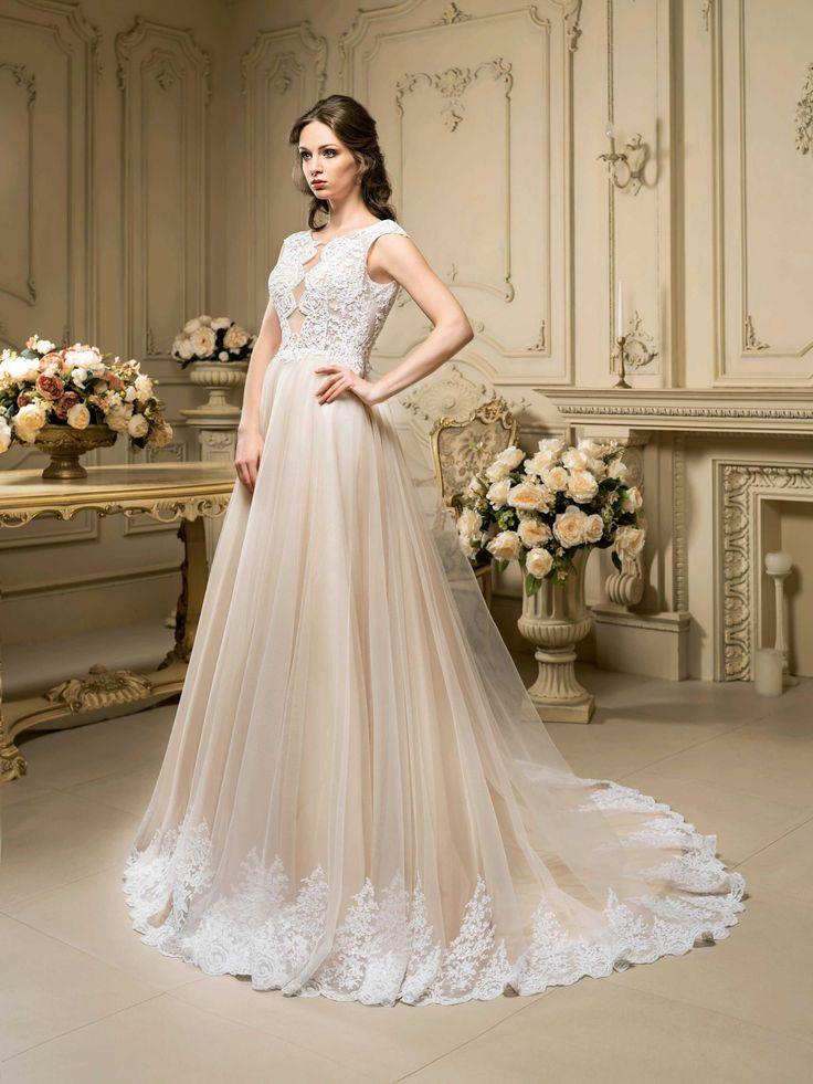 Krásne svadobné šaty so širokou sukňou zdobenou čipkou a čipkovaným vrškom
