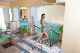 Lasciatevi avvolgere dal tepore dell'acqua termale e rilassatevi con l'idromassaggio nella piscina a 38°c