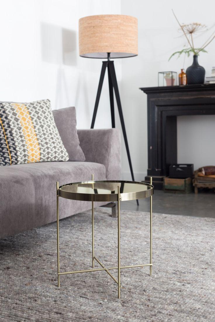 Hippe vloerlamp met een frisse look. De Tripod heeft een stoer metalen driepoot en een kap gemaakt van kruk. De lamp van het merk Zuiver staat prachtig in een moderne woonkamer. Bekijk de Tripod bij van de Pol Meubelen.