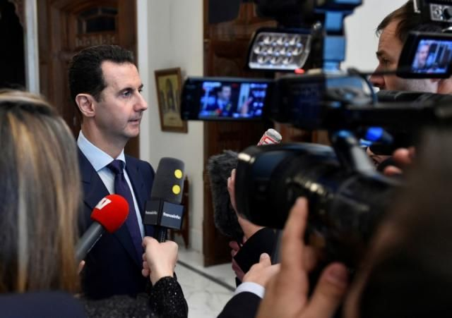 Assad dilaporkan sebagai pelaku bom kimia  Presiden Suriah Bashar al-Assad (Reuters)  Presiden Suriah Basyar al-Assad dan saudaranya dicurigai bertanggung jawab atas penggunaan bom kimia oleh penyelidik dari PBB dan OPCW (tim gabungan bernama JIM) dilansir dari Reuters. Sebelumnya penyelidik internasional hanya menghubungkan pemakaian senjata dengan unit militan. Namun dalam laporan terbaru menulis beberapa nama yang diduga terlibat dalam serangan gas klorin pada 2014-2015. Diantaranya Assad…