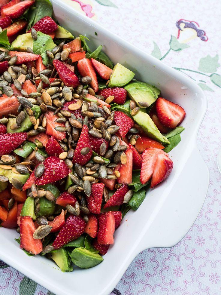 Salat til grillmaden? Få opskrifterne på sprøde sommersalater. Jeg elsker særligt denne opskrift på sommersalat med jordbær, avokado og pinjekerner.