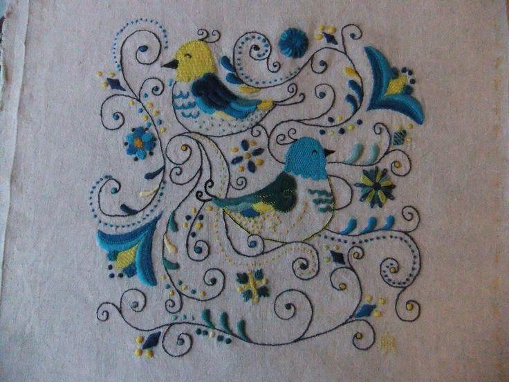 broderie turquoise et jaune pour un coussin
