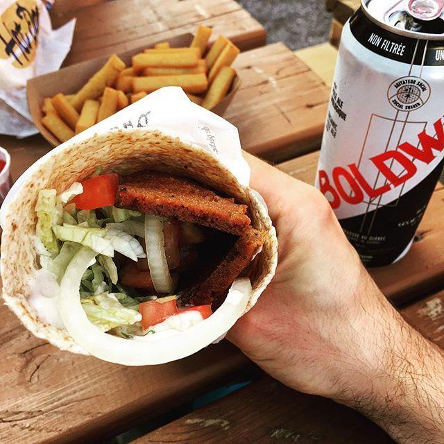 Vegan food is taking over the food scene. 👏 Plusieurs choix véganes (y compris de restaurants omnivores d'ailleurs) sont disponibles au festival @bouffonsmtl! J'ai craqué pour le fameux kebab végane de @gustafoods avec les frites de panisse de @panissemarseillaise, bien sûr accompagnés de ma microbrasserie préférée @boldwin_bio! 🍻 🙌 #vegan #veganfood #veganfoodshare #whatveganseat #vegansofig #vegankebab #veganmtl #plantbased #crueltyfree #mtlmoments #mtlfood #montrealfood #beer #happycow