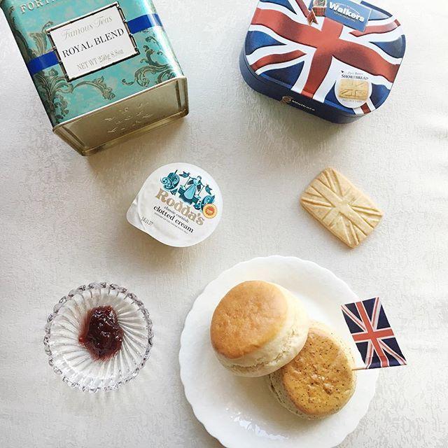 . . 英国展で買ってきてもらったシャングリラホテルのスコーンとイギリス現地調達の紅茶☕️、オックスフォードであるおじいちゃんが私にくれた旗🇬🇧に、わたしが好きそうやからってゆうので買ってきてくれたショートブレッド。んー。幸せ。 .  #20161019 #breakfast #scones #shangrilahotel #tea #fortnumandmason #shortbread #幸せな朝食