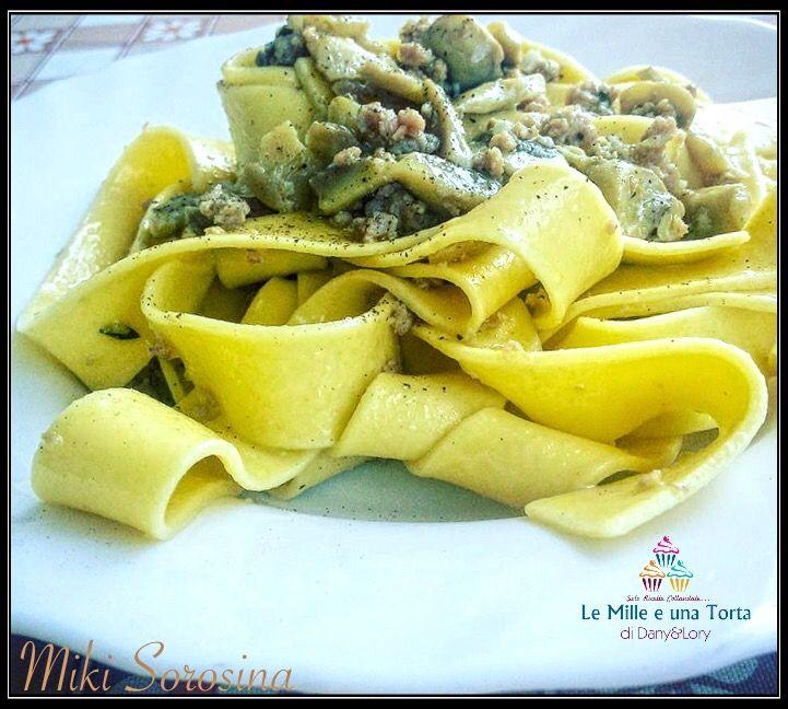 PAPPARDELLE CON FUNGHI E SALSICCIA RICETTA DI: MIKI SOROSINA Ingredienti: 400 g pasta tipo pappardelle 1 confezione funghi freschi 2 Salsicce Aglio