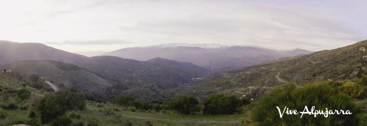 Vive Alpujarra. Cumbres de Bargís con vistas a Sierra Nevada, Granada.