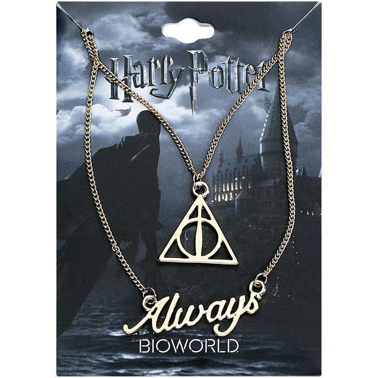 """13,99e - """"Always"""" -riipus, mitat n. 3,5 x 1,2 cm  Tämä """"Verbiage Layered"""" -kaulakoru on lainattu Harry Potterin sadunomaisesta maailmasta ja se koostuu kahdesta riipuksesta. """"Always"""" -teksti on kirjoitettu toiseen riipukseen ja toisessa on kolme kuoleman varjelusta. Tuo pala myyttistä lumousta päivittäiseen elämääsi!"""