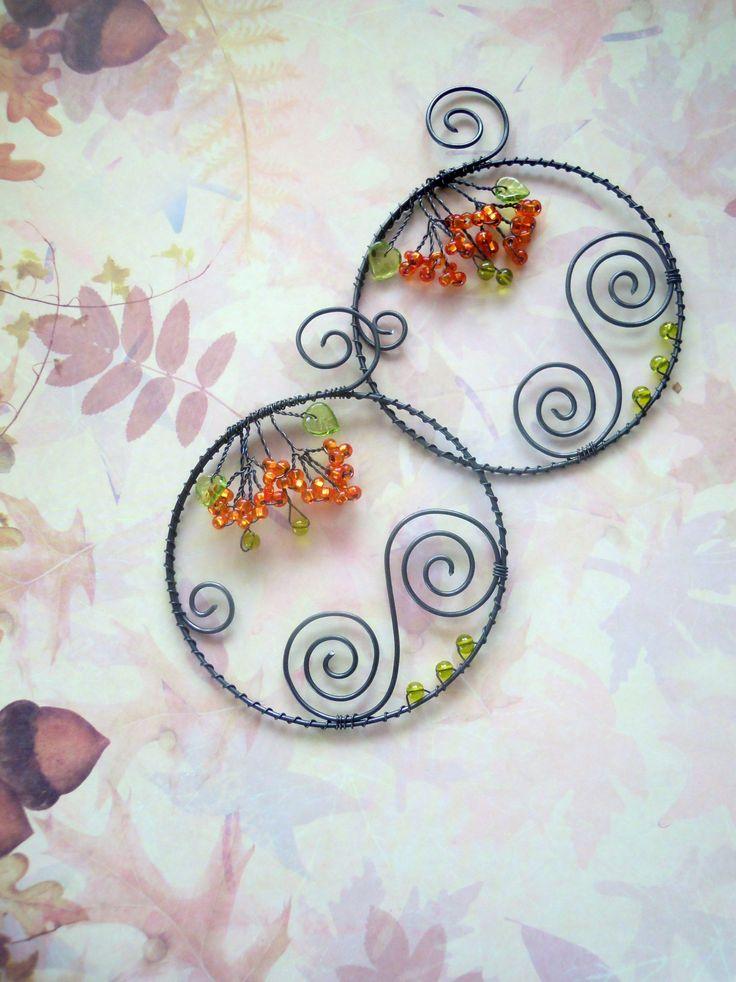 Kolečko podzimní Drátované kolečko z černého vázacího drátu dozdobené spirálkami z drátu a skleněnými oranžovými korálky, zelenými kuličkami a zelenými skleněnými lístečky. Kolečka můžete zavěsit na zeď, na vlasec do okna, položit na podzimní misku s dýněmi či ovocem....... Cena za 1 ks Průměr kolečka: 8 cm