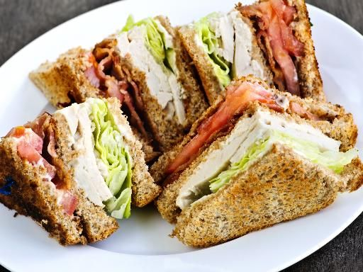 Club sandwich poulet - bacon - avocat - salade - tomate - mayo - œuf dur