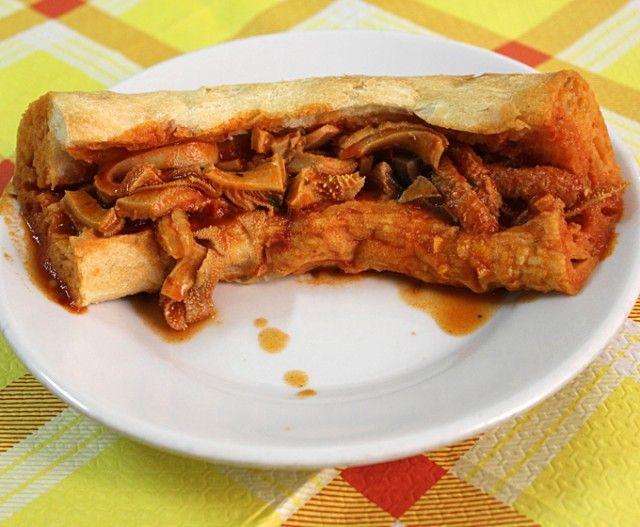 Morzeddu o Murseddu. Il piatto calabrese per eccellenza che celebra il quinto quarto. Il nome deriva dallo spagnolo almuerzo, cioè spuntino. Questo stufato di trippa insaporita con cipolla, sedano, carota e peperoncino è servito dentro una forma tipica di pane locale casereccio, la pitta, e quindi, gustato a morsi. Tipico soprattutto dell'areale di Catanzaro. Esiste anche una versione di morzeddu che prevede oltre la trippa anche il fegato, il polmone e il cuore.