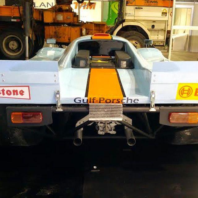 Réplica Porsche 917 Gulf  Entrega em 60dias úteis  Porsche 917 é o carro que participou de corridas endurance de 1969 até 1971, vencendo as 24 Horas de Le Mans de 1970 e 1971, onde, em 71, estabeleceu um recorde que se mantém até os dias de hoje. A partir de 1971, as regras estabelecidas pela FIA fizeram com que apenas carros com motores menores de 5 litros competissem, o que fez com que o 917 fosse banido das pistas. Neste campeonato, as regras eram praticamente as de que, o carro teria…