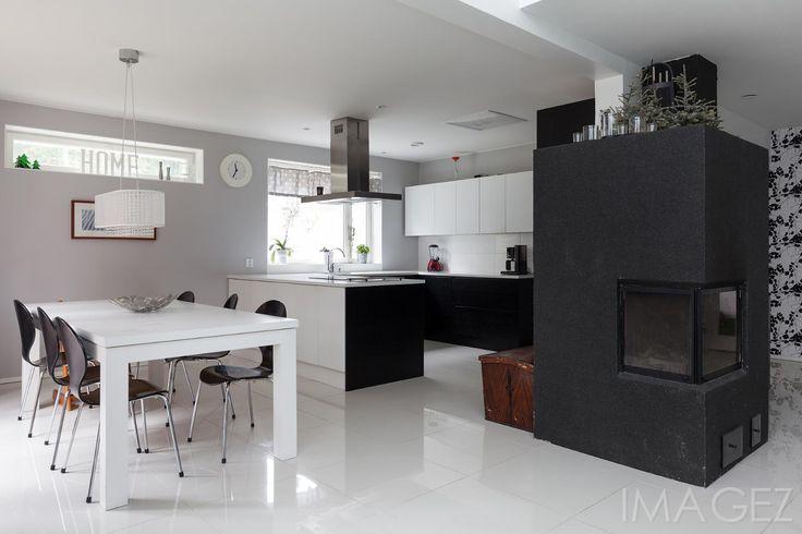 Tyylikäs, mustavalkoinen A la Carte keittiö avautuu ruokailutilaan. Upea tumma takka luo tunnelmaa sekä ruokailutilaan että olohuoneeseen.