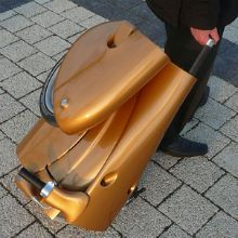 Depois de cinco anos de desenvolvimento por um grupo húngaro sem fins lucrativos, o 'moveo' - uma leve scooter elétrica que pode ser transportada como mala.