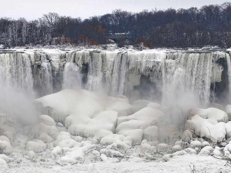 Las cataratas del Niágara continúan congeladas