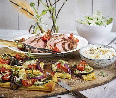 Rosmarinstekt lammrostbiff med Italieninfluerade grönsaksflarn, krispig fänkålssallad och smetana med rostade vitlöksklyftor.