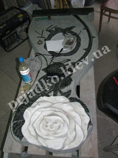 Авторский памятник из зелёного Маславского гранита и розы в белом мраморе Каррара, рабочая модель памятника в цеху. Нами использован уникальный шрифт на памятнике, в сочетании с итальянской фотокерамикой.