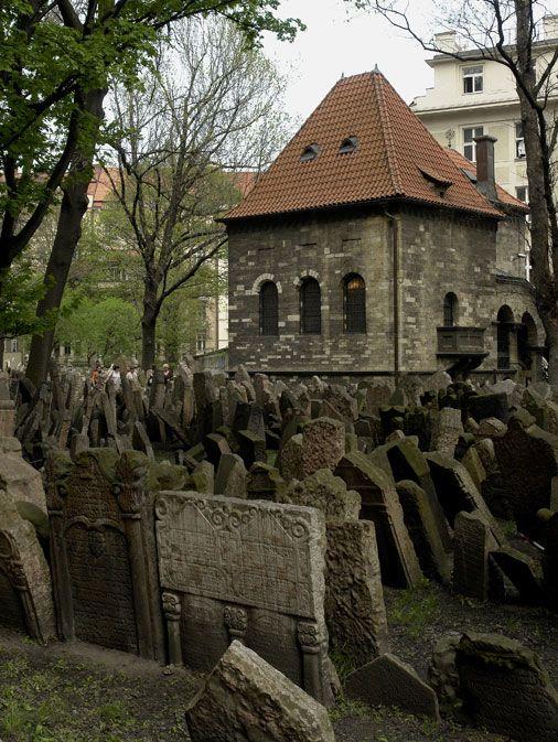 Jewish Museum in Prague – Maisel Synagogue (Židovské muzeum – Maiselova synagoga)--Starý židovský hřbitov v Praze je zkrátka fascinující. Poslední pohřeb byl na tomto hřbitově údajně vykonán 17. května roku 1787. Starý židovský hřbitov je od roku 1995 národní kulturní památkou.