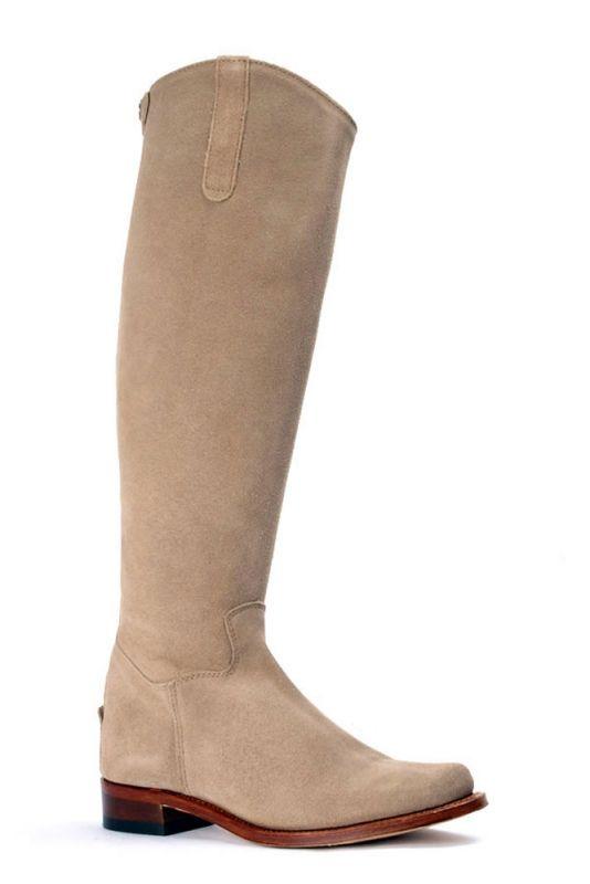 De Nevada Alta Taupe: deze stijlvolle taupe/beige laarzen hebben een hoge schacht en zijn daarmee perfect voor de langere vrouw. Te laars is te combineren met diverse modestijlen en najaarskleuren. De achterzijde van de laars is voorzien van een rits. De beige laarzen worden tevens opgesierd door een suède druksluiting die weer over de rits heen valt. De hakhoogte van de laars is 3 cm. #Bootsandwoods