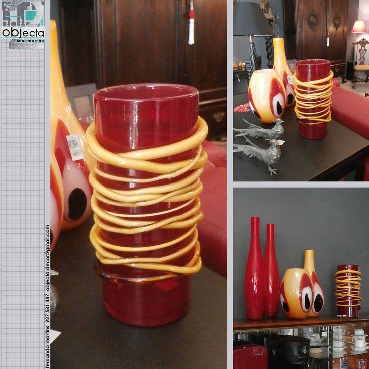 JARRA de vidro vermelho e com aplicações em vidro amarelo....muito bonita, sózinha ou em conjunto com outras peças...www.facebook.com/objecta.segunda.mao/
