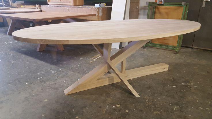 De ultieme design tafel is toch wel de Le Pierre je kan er gewoon niet om heen om onder het blad te kijken.  Onder vele mensen is deze tafel echt een topper om naar te kijken, stabiel, apart, design.  Ontwerp : FeicoJr.Westra 2005  Houtsoorten : Eiken - Walnoten - Esdoorn - Iepen