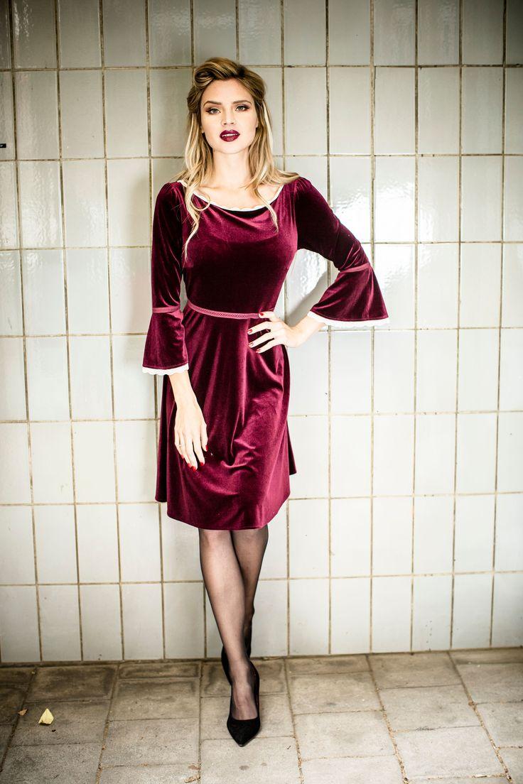 """Dancing Days bringt den #Mittelalterstil mit dem """"Montana Dress"""" in Bordeaux in Deinen Kleiderschrank. Das mittellange Kleid überzeugt mit einem weichen Samtstoff, der von süßen Rüschen am Saum, ausgestellten Ärmeln und einer transparenten #Häkel-Spitze in der Taille ergänzt wird. Ein Reißverschluss am Rücken unterstützt Dich beim unkomplizierten An- und Ausziehen. #EMP #Empstyle #Mittelalter #Kleid"""
