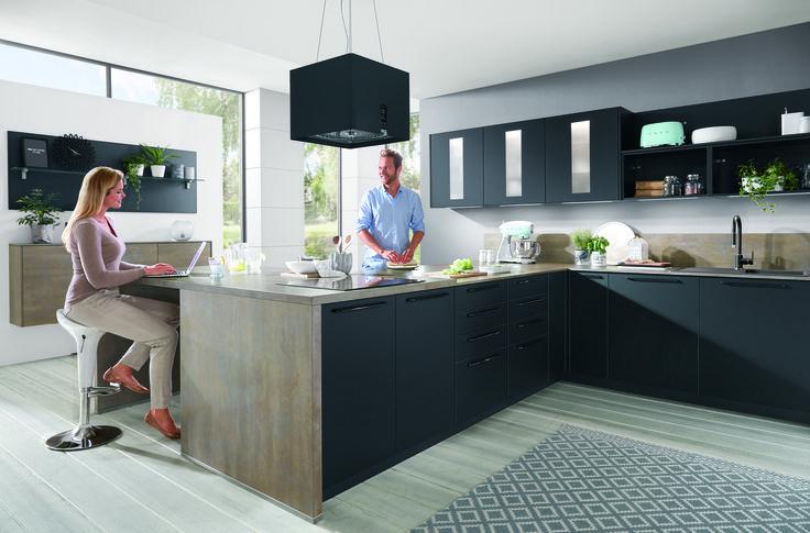 """Colores """"topo"""". La suavidad y el contraste de la naturaleza en tu hogar. #kuchenhouse #cocina #gris #madera #campanacolgada #cocinaabierta"""