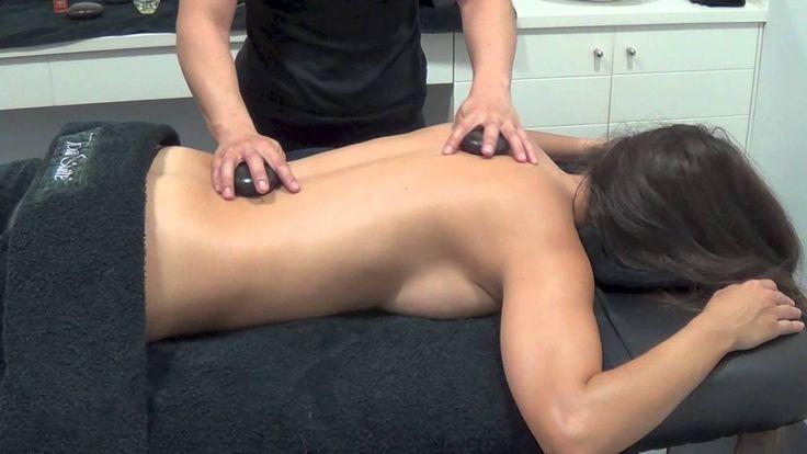 Masaje de espalda con piedras calientes / Back stone massage parte 2