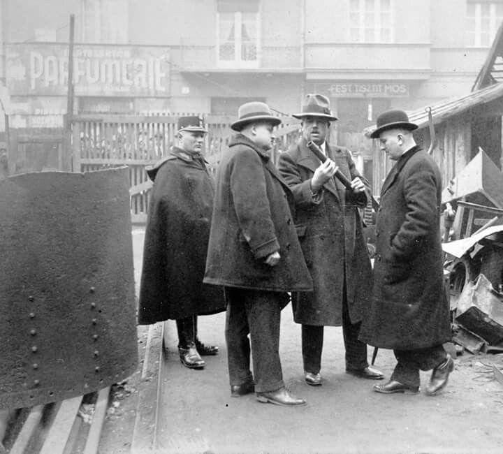 1938. Detektívek a Kresz Géza utcai vasárú telelepen. Gyilkosság helyszinelése.