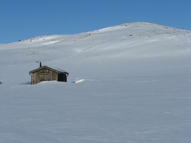 Lesja, Norway. www.inatur.no/hytte/52a08369e4b08095a6607d87/storvatnbua-lesjalordalen-statsalmenning | Inatur.no