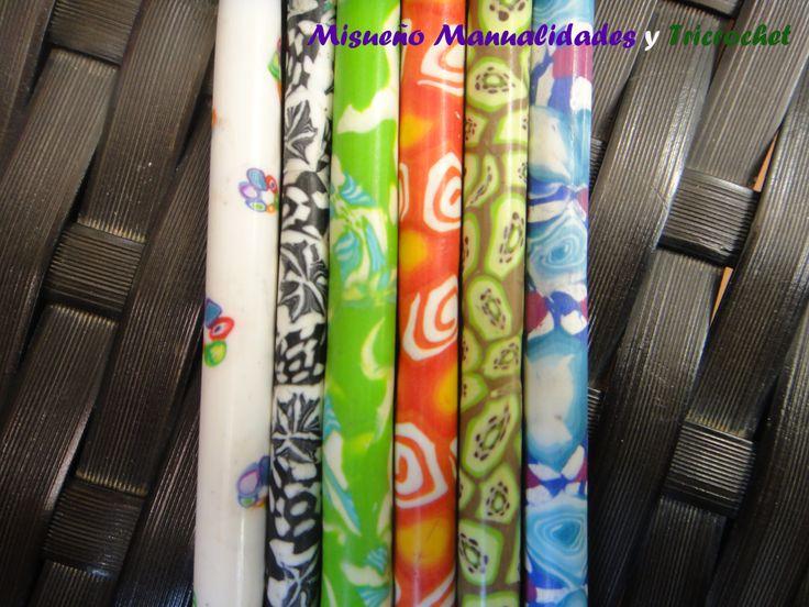 Primer plano agujas de ganchillo personalizadas con Fimo. www.misuenyo.com / www.misuenyo.es
