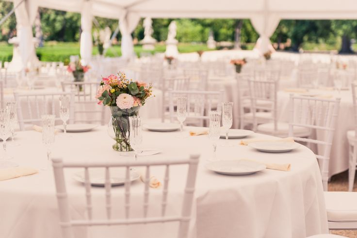 Svatba Olinky a Honzy v zámeckém parku ve Slavkově a jejich hostina pro 170 svatebních hostů / Zajištění svatební výzdoby, inventáře, příprava a organizace svatby od svatební agentury Million Bells.