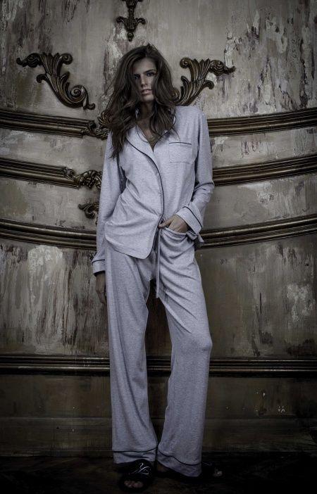 Хлопковая версия пижамы Black Bitch идеального серого оттенка. Благодаря исключительному крою, говорящему принту и мягкому эластичному хлопку, эта пижама наверняка станет вашим (и не только) абсолютный фаворитом! Брюки на резинке, с пояском и задним кармашком, удлиненный жакет с кармашком на груди и классическим воротником - идеальная комбинация для идеальной пижамы!  Состав: 50% хлопок, 45% вискоза, 5% эластан Цвет: серый