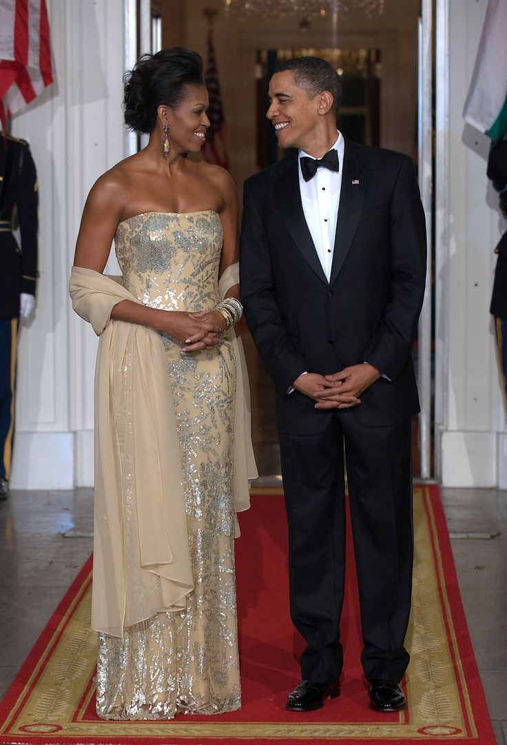 US President Barack Obama stands with First Lady Michelle Obama shortly before greeting Indian Prime Minister Manmohan Singh and his wife Gursharan Kaur at the North Portico of the White House November 24, 2009, as the Obamas host their first official State Dinner. AFP Photo/Nicholas Kamm (Photo credit should read NICHOLAS KAMM/AFP/Getty Images) via @AOL_Lifestyle Read more…