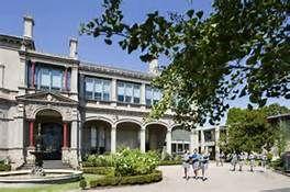 st catherine's school toorak - Voici le bâtiment principal : Sherren House ; une des anciennes directrices de l'école s'appelait Mademoiselle Sherren. A l'avant-plan on voit la fontaine.
