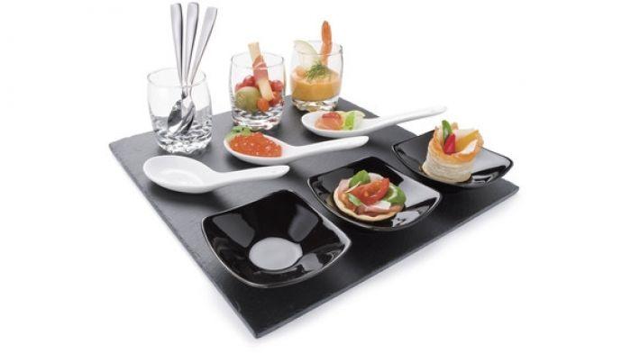 Amuseset. Verras uw gast met een minihapje voor het eten. Deze amuseset bestaat uit 3 glazen met metalen lepels, 3 keramische lepels en 3 keramische kommen, op een blad van leisteen.