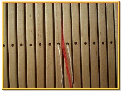 1. Нарезаем нитки нужной длины.  2. Теперь необходимо правильно заправить нитки. Начинаем как всегда от центра. На одну узорную нитку у нас две нитки основы - справа и слева от узорной нитки.3. Точно также симметрично заправляем другие нитки. Не забываем, что на вторую узорную у нас тоже две нитки основы. Можно это запомнить так: (основа, узорная, основа)