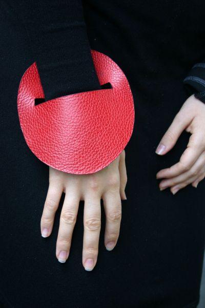 Leather Bracelet by Frédérique Coomans  Eu fiz e ficou muito legal!!!!! Preto e vermelho.
