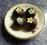 2 čokoládové margotky nastrouhané 10dkg nastrouhaných mandlí, oříšků a vlašských ořechů(dávám to, co mám po upečení cukroví nebo dáme víc piškotových drobků) rum podle potřeby postrouhané piškoty (můžeme využít i drobky od pečení korpusů) 5 dkg másla (nemusí být, pokud dáte víc rumu)