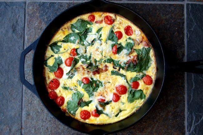 Итальянский омлет фриттата Разогрейте духовку. Смешайте в большой миске 8 яиц, 1/4 стакана молока, соль и перец. Отложите. На среднем огне в чугунной сковороде обжарьте 3 ломтика бекона. Добавьте к ним 1/2 нарезанного лука, чашку помидоров черри и горсть цветной капусты или листьев мангольда. Варите около 30 секунд, а затем влейте на сковородку яичную смесь. Посыпьте сверху тертым сыром. Сначала 30 секунд подержите омлет на плите, а затем поставьте его в разогретую духовку и запекайте 10…