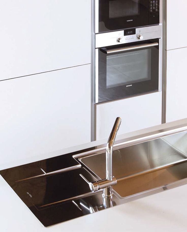 kitchen ECO7 - detail of the semi-gloss stainless steel sink recessed in a unicoleor laminate worktop