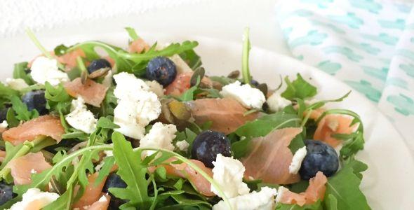 Salade gerookte zalm, geitenkaas en bosbessen